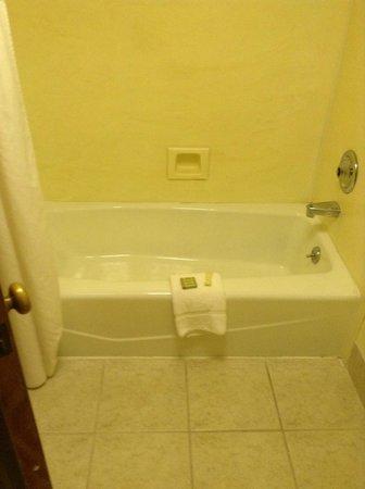 Super 8 Oceanside Marty's Valley Inn: Salle de bain