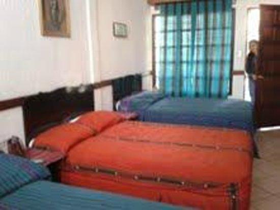 Hotel Santa Ana : Habitación triple en el segundo nivel