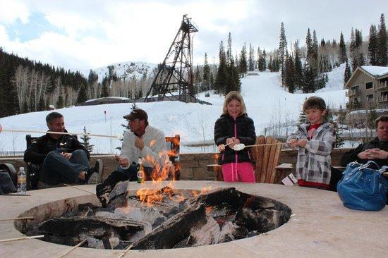 مونتاج دير فالي: Mountainside fire pit and s'mores after a day of skiing