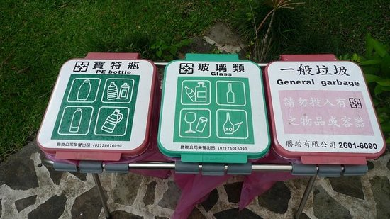 Hotel Kokoro Arenal: Multi-lingual signs on the grounds.