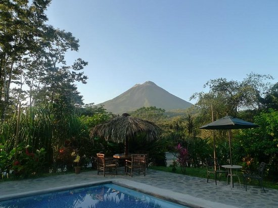 Hotel Kokoro Arenal: View of the Arenal Volcano from the pool area at Kokoro.
