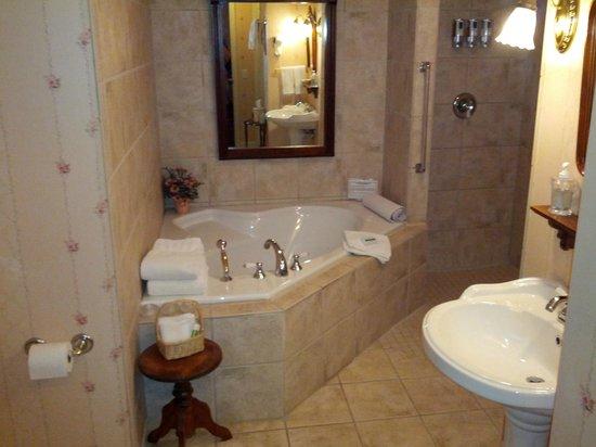 The Speckled Hen Inn Bed & Breakfast: Whirlpool bath