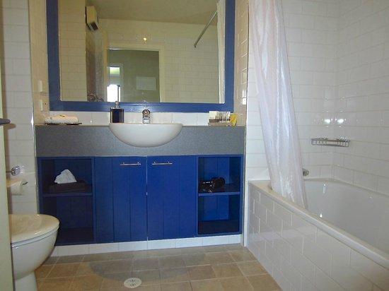 Villa Del Lago: Bathroom, Queen Suite.