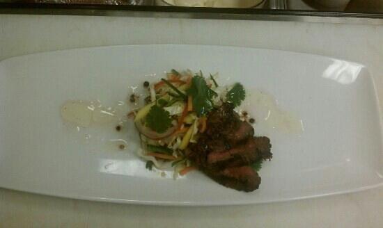 United Cafe Bar and Bistro: Skirt Steak Salad w Broken Vinaigrette