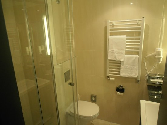 IntercityHotel Dresden: Nice bathroom