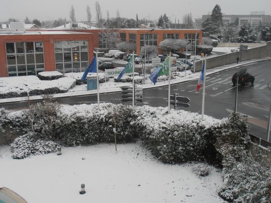 Holiday Inn Express Toulouse Airport: Snowy morning --view from room
