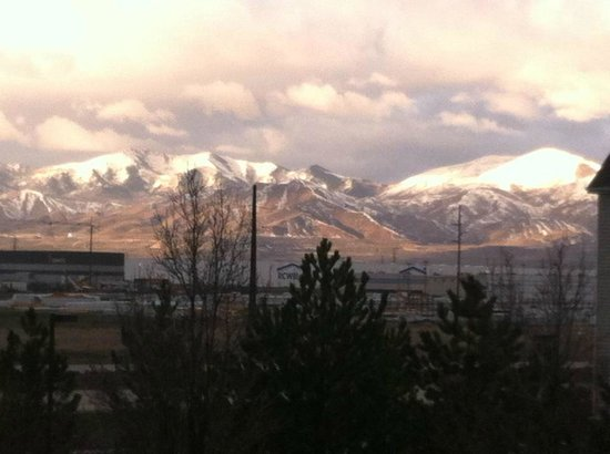 Courtyard Salt Lake City Airport: This is the morning view from room 327.