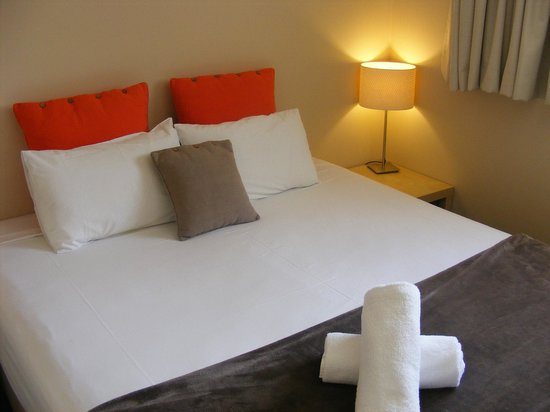 Noosa Sun Motel & Holiday Apartments: View rooms feature luxury king sized beds