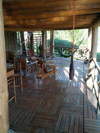 El Sabanero Eco Lodge: Hammocks and seating near the lobby