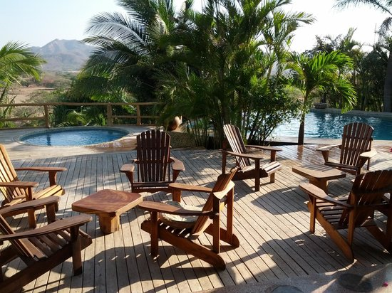 El Sabanero Eco Lodge: Deck at the main lodge w/ hot tub and pool