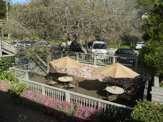 Comfort Inn Carmel By The Sea: view of patio with umbrellas