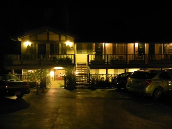 Comfort Inn Carmel By The Sea: night view of front of hotel