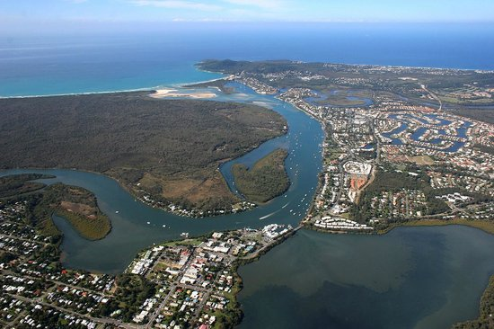 Noosa Sun Motel & Holiday Apartments: The motel is located in the middle of this aerial shot