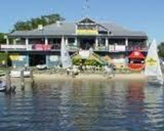 Noosa Sun Motel & Holiday Apartments: Noosa Yacht Club opp the motel