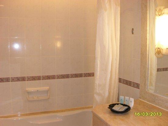 Hotel Equatorial Melaka: Bathtub