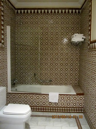 Hotel Alhambra Palace: Stylish bathroom