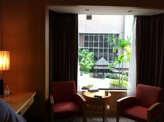 Carlton Hotel Singapore: Our room with a view to the charming Waterfall-Terrace