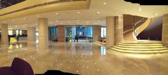 Carlton Hotel Singapore: Partial view of hotel entrance to the grand lobby