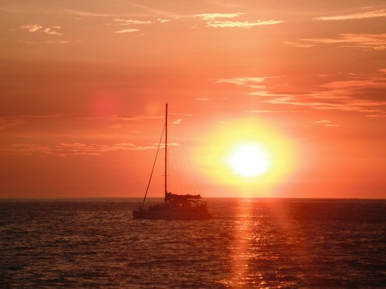 Flamingo Beach Resort And Spa: One of many beautiful sunsets