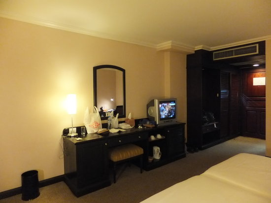 Lao Plaza Hotel: desk
