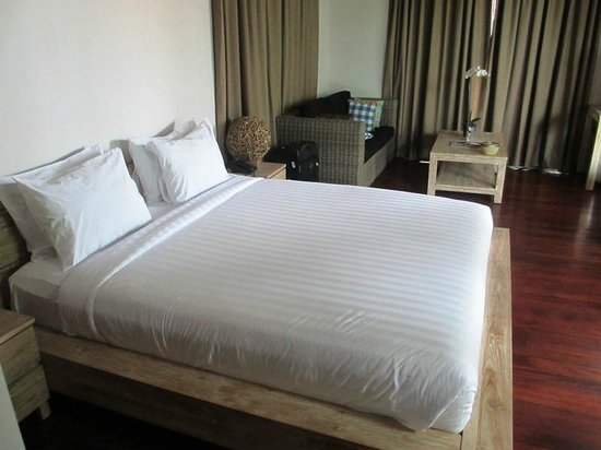 The Dipan Resort Petitenget: King size bed in master bedroom