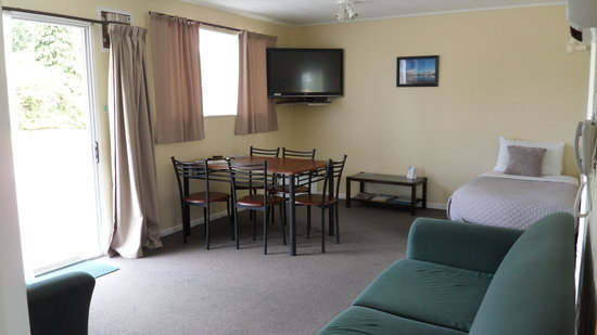 Aden Motel: Living area of 1 of our 2 two bedroom Units sleeps 5 people has a Queen bedroom and a twin bedro