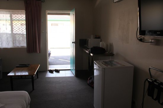 Coffs Harbour Pacific Palms Motel: Coffee Table, fridge and coffee and tea