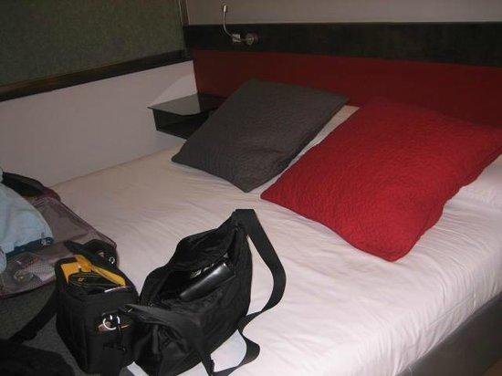 HiSuiteRome : Bedroom -  comfortable double bed