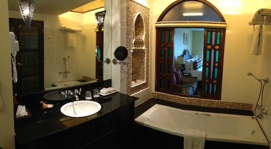 Sheik Istana Hotel: bathroom