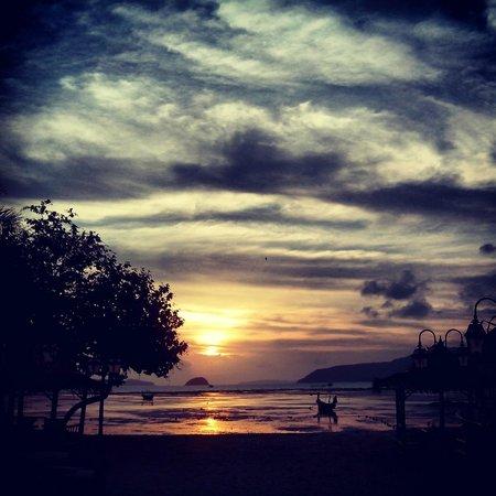 Chalong Beach Hotel and Spa : Вид на пляж