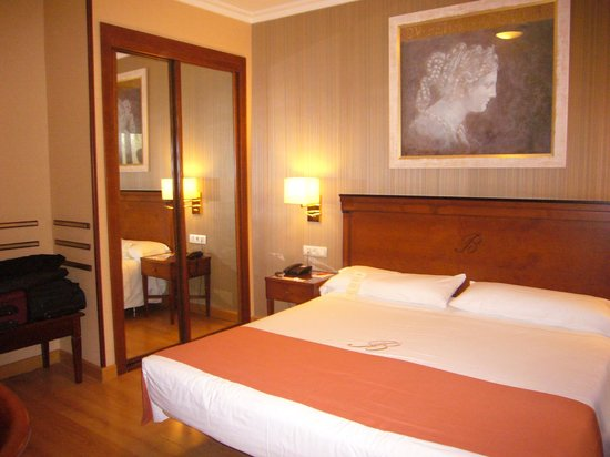 Hotel Becquer: A very spacious room