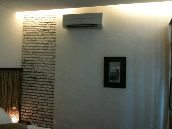 Courtyard @ Heeren Boutique Hotel: Wall in room
