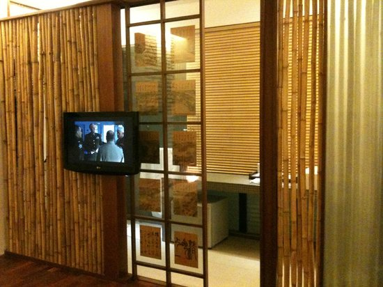 Courtyard @ Heeren Boutique Hotel: LCD TV