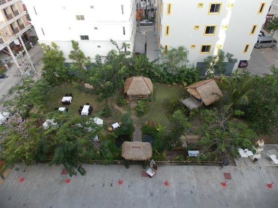 The ASHLEE Plaza Patong Hotel & Spa: Вид из главного корпуса на открытое кафе