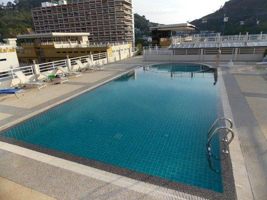 The ASHLEE Plaza Patong Hotel & Spa: Бассейн на крыше отеля