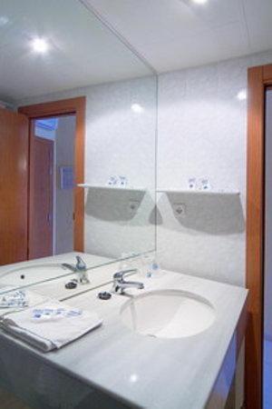 Hotel Magic Villa de Benidorm: Detalle de los baños