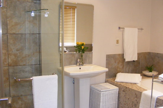 Linkside2 Guest house: Bath and seperate shower rooms 1 and 3