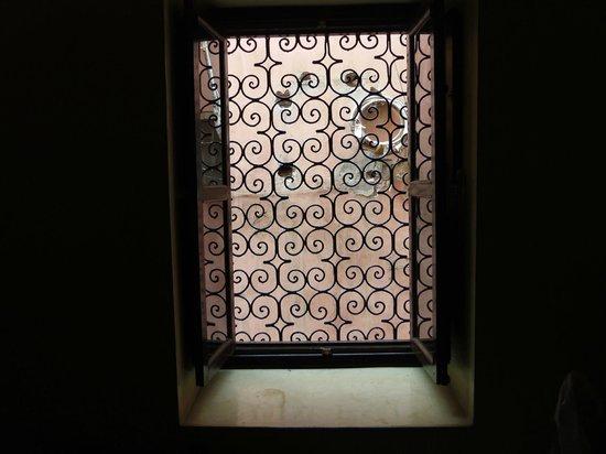 Hotel Cecil Marrakech: ventana de la habitacion a la calle