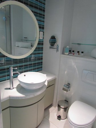 Lanson Place Hotel: Bathroom with basic amenity