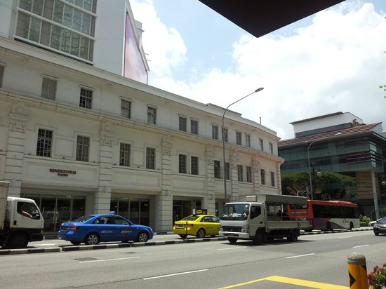 Rendezvous Hotel Singapore by Far East Hospitality: Outside view from the Sightseeing bus stop