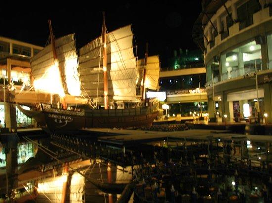 Baumancasa Karon Beach Resort: вечером