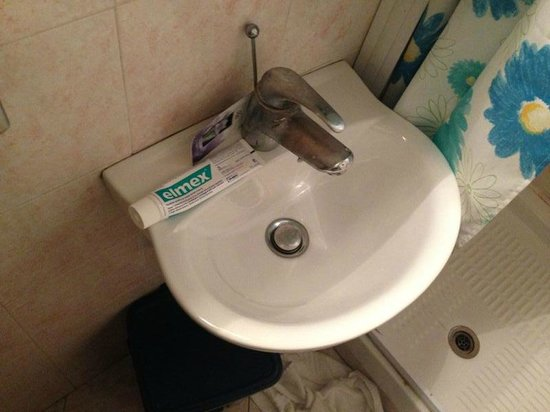 Hotel Merulana Star: lavandino del bagno