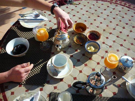 Riad Jonan: Breakfast on the roof terrace