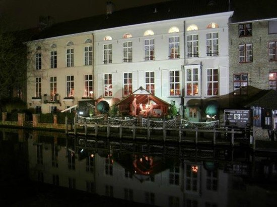 Hotel de Orangerie: Hotel at night from the canal side