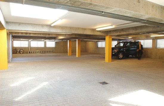 Best Western Hotel Knudsens Gaard: Garage