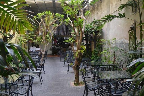 Hotel Puri : cour pour déjeuner