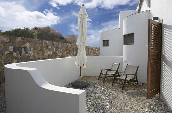 Habitaci n con patio privado cama redonda y techo de cristal sobre parte de la cama fotograf a - Hotel los patios almeria ...
