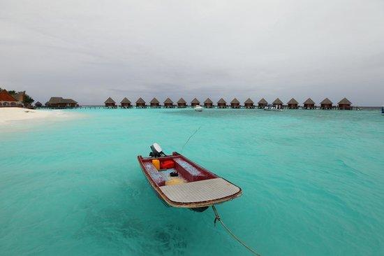 Thulhagiri Island Resort: Вид с пристани на пляж и водники