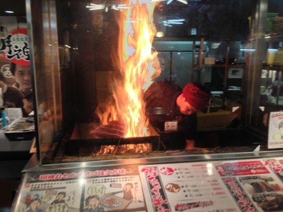 Hirome Ichiba: 鰹を炙っています