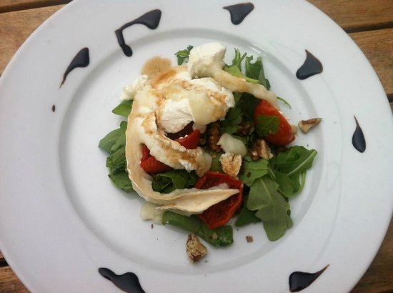 Garden House Cafe & Deli: Sun blushed cherry tomatoes on wild rocket with goats cheese and walnuts